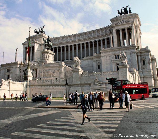 Altare della Patria (Rome) - street shot